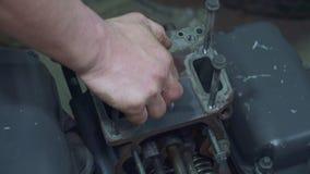 Μηχανικός που επισκευάζει μια κινηματογράφηση σε πρώτο πλάνο μερών φορτηγών απόθεμα βίντεο
