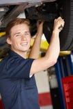 Μηχανικός που εργάζεται κάτω από το αυτοκίνητο Στοκ φωτογραφία με δικαίωμα ελεύθερης χρήσης