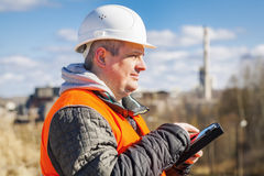 Μηχανικός που εργάζεται με το PC ταμπλετών κοντά στο εργοστάσιο Στοκ Εικόνα