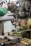 Μηχανικός που εργάζεται στη βιομηχανική μηχανή διατρήσεων στο εργαστήριο Στοκ Εικόνα
