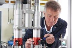 Μηχανικός που εργάζεται στη μηχανή στο εργοστάσιο Στοκ εικόνες με δικαίωμα ελεύθερης χρήσης