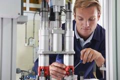 Μηχανικός που εργάζεται στη μηχανή στο εργοστάσιο Στοκ Φωτογραφία