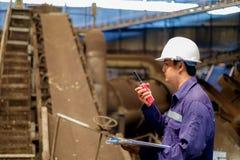 Μηχανικός που εργάζεται στις εγκαταστάσεις διαδικασίας γραμμών παραγωγής Στοκ Εικόνες