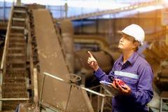 Μηχανικός που εργάζεται στις εγκαταστάσεις διαδικασίας γραμμών παραγωγής και που σκέφτεται πρίν αρχίζει την εργασία Στοκ φωτογραφία με δικαίωμα ελεύθερης χρήσης