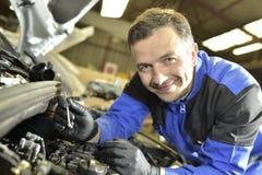 Μηχανικός που εργάζεται στις επιδιορθώσεις αυτοκινήτων στοκ φωτογραφίες