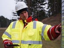 Μηχανικός που εργάζεται στον εξοπλισμό ελέγχου και συντήρησης στην αποθήκη εμπορευμάτων Στοκ εικόνα με δικαίωμα ελεύθερης χρήσης