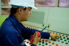 Μηχανικός που εργάζεται στο θάλαμο ελέγχου Στοκ φωτογραφία με δικαίωμα ελεύθερης χρήσης