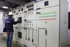 Μηχανικός που ελέγχει το ηλεκτρικό σύστημα Στοκ Εικόνες