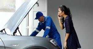 Μηχανικός που καθορίζει ένα αυτοκίνητο με τον ιδιοκτήτη απόθεμα βίντεο