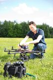 Μηχανικός που καθορίζει UAV τον κηφήνα στοκ εικόνες