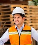 Μηχανικός που κοιτάζει μακριά κρατώντας την περιοχή αποκομμάτων στο εργοτάξιο οικοδομής Στοκ Εικόνες