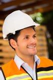 Μηχανικός που κοιτάζει μακριά κρατώντας την περιοχή αποκομμάτων στο εργοτάξιο οικοδομής Στοκ φωτογραφίες με δικαίωμα ελεύθερης χρήσης