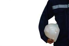 Μηχανικός που κρατά ένα άσπρο κράνος ασφάλειας στο άσπρο υπόβαθρο Στοκ Εικόνες