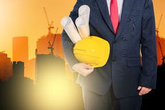 Μηχανικός που κρατά το κίτρινο κράνος για την ασφάλεια εργαζομένων στο backgroun στοκ εικόνες