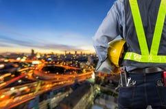 μηχανικός που κρατά το κίτρινο κράνος Στοκ Εικόνες