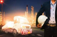 Μηχανικός που κρατά το σκληρό καπέλο στεμένος ενάντια στον όμορφο φωτισμό Στοκ Εικόνες