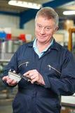 Μηχανικός που μετρά το συστατικό με το μικρόμετρο Στοκ εικόνες με δικαίωμα ελεύθερης χρήσης