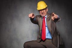 Μηχανικός που φορά το κράνος και τα γυαλιά δείχνοντας τα δάχτυλα Στοκ φωτογραφία με δικαίωμα ελεύθερης χρήσης