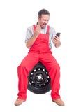 0 μηχανικός που φωνάζει ή που φωνάζει στην τηλεοπτική κλήση Στοκ Εικόνες