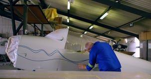 Μηχανικός που χαρακτηρίζει μια γραμμή στα μέρη 4k αεροπλάνων απόθεμα βίντεο