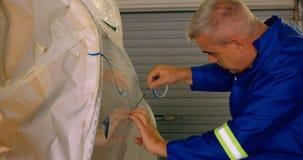 Μηχανικός που χαρακτηρίζει μια γραμμή στα μέρη 4k αεροπλάνων φιλμ μικρού μήκους