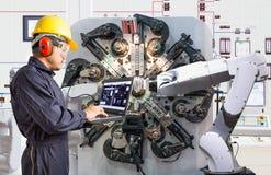 Μηχανικός που χρησιμοποιεί το φορητό προσωπικό υπολογιστή για τη ρομποτική βιομηχανία συντήρησης στοκ φωτογραφίες