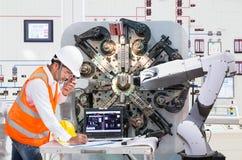Μηχανικός που χρησιμοποιεί το φορητό προσωπικό υπολογιστή για τη ρομποτική βιομηχανία συντήρησης στοκ φωτογραφία με δικαίωμα ελεύθερης χρήσης