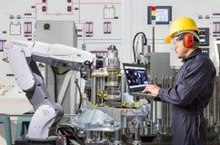 Μηχανικός που χρησιμοποιεί το φορητό προσωπικό υπολογιστή για τη ρομποτική βιομηχανία συντήρησης στοκ φωτογραφίες με δικαίωμα ελεύθερης χρήσης