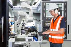 Μηχανικός που χρησιμοποιεί το φορητό προσωπικό υπολογιστή για αυτόματο ρομποτικό συντήρησης Στοκ εικόνα με δικαίωμα ελεύθερης χρήσης