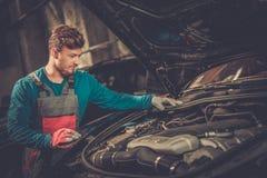 Μηχανικός σε ένα εργαστήριο Στοκ φωτογραφίες με δικαίωμα ελεύθερης χρήσης