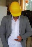 Μηχανικός σε ένα εργοτάξιο οικοδομής που κάνει μια επιχείρηση να καλέσει Στοκ Εικόνες
