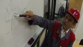 Μηχανικός στην εργασία με Whiteboard απόθεμα βίντεο