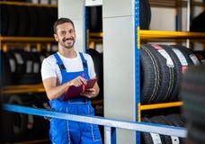 Μηχανικός στην μπλε ομοιόμορφη εκμετάλλευση μια περιοχή αποκομμάτων Στοκ φωτογραφία με δικαίωμα ελεύθερης χρήσης