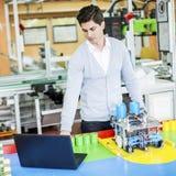 Μηχανικός στο εργοστάσιο Στοκ Εικόνες