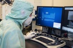 Μηχανικός στο καθαρό δωμάτιο μικροηλεκτρονικής Στοκ φωτογραφία με δικαίωμα ελεύθερης χρήσης