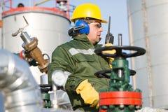 Μηχανικός στο πετρέλαιο και τη φυσική πετρελαιοπηγή Στοκ φωτογραφία με δικαίωμα ελεύθερης χρήσης