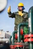 Μηχανικός στο πετρέλαιο και τη φυσική πετρελαιοπηγή Στοκ Φωτογραφίες