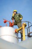 Μηχανικός στο πετρέλαιο και τη φυσική πετρελαιοπηγή Στοκ Φωτογραφία
