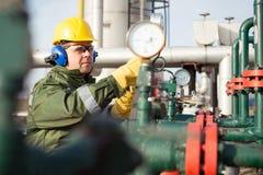 Μηχανικός στο πετρέλαιο και τη φυσική πετρελαιοπηγή Στοκ εικόνες με δικαίωμα ελεύθερης χρήσης