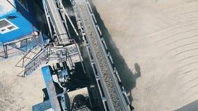 Μηχανικός σύνθετος σφυροκοπά το αμμοχάλικο υπαίθρια φιλμ μικρού μήκους
