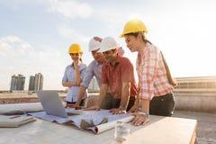 Μηχανικός τεσσάρων κατασκευής που εργάζεται στο εργοτάξιο οικοδομής, constru Στοκ εικόνες με δικαίωμα ελεύθερης χρήσης