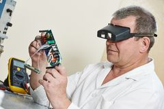Μηχανικός τεχνικών στην εργασία με το μικροτσίπ Στοκ φωτογραφία με δικαίωμα ελεύθερης χρήσης
