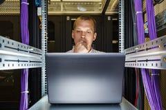 Μηχανικός ΤΠ που εργάζεται σε ένα lap-top Στοκ φωτογραφίες με δικαίωμα ελεύθερης χρήσης