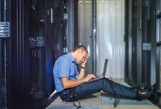 Μηχανικός ΤΠ που εργάζεται σε ένα lap-top στοκ φωτογραφία