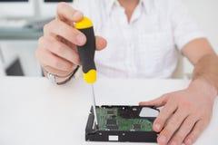 Μηχανικός υπολογιστών που εργάζεται στη σπασμένη ΚΜΕ με το κατσαβίδι Στοκ εικόνες με δικαίωμα ελεύθερης χρήσης