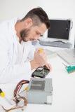 Μηχανικός υπολογιστών που εργάζεται στη σπασμένη ΚΜΕ με το κατσαβίδι Στοκ Φωτογραφίες