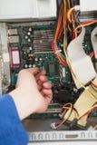 Μηχανικός υπολογιστών που εργάζεται στη σπασμένη ΚΜΕ Στοκ εικόνες με δικαίωμα ελεύθερης χρήσης