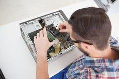 Μηχανικός υπολογιστών που εργάζεται στη σπασμένη ΚΜΕ Στοκ Εικόνες