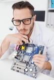 Μηχανικός υπολογιστών που εργάζεται στη σπασμένη ΚΜΕ Στοκ εικόνα με δικαίωμα ελεύθερης χρήσης