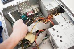 Μηχανικός υπολογιστών που εργάζεται στη σπασμένη ΚΜΕ Στοκ φωτογραφία με δικαίωμα ελεύθερης χρήσης